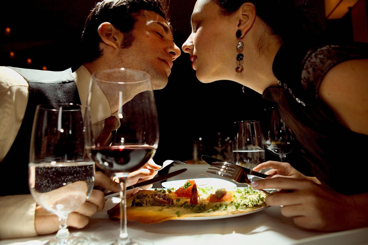 романтический вечер со зрелой женщиной сели возле