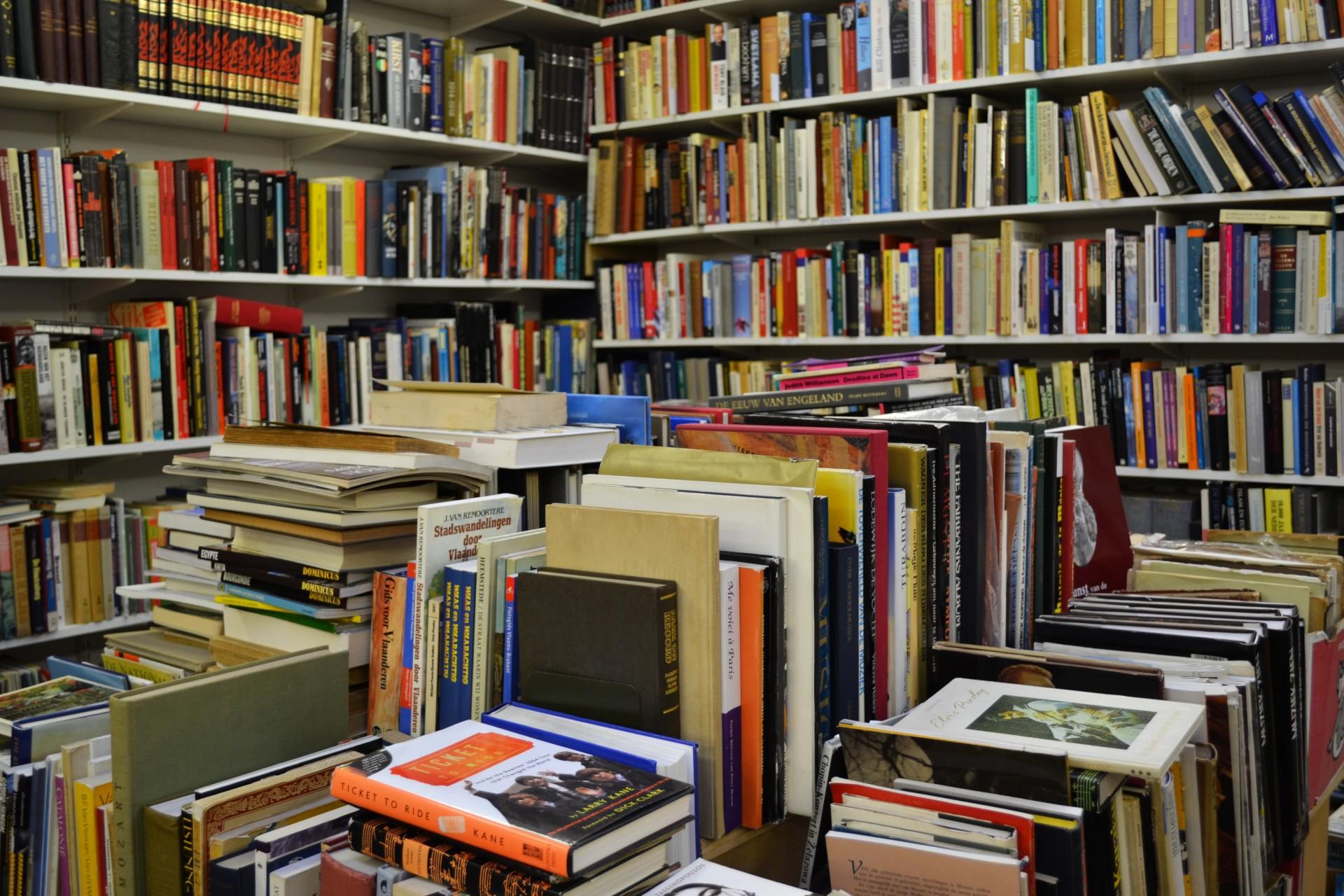 картинка много книг и журналов тропу зла