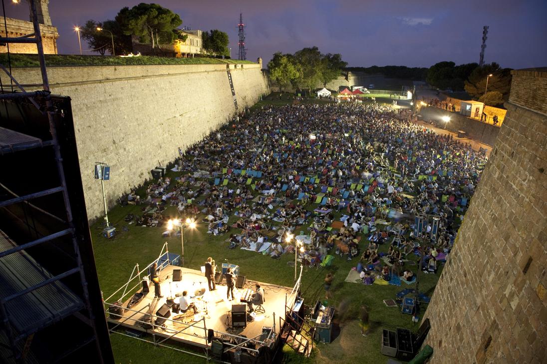 Open air cinema is back at sala montju c in barcelona for Cinema fresca montjuic