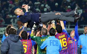 футбольный играли поднимают тренера на руках