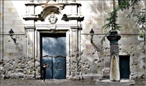 puerta-placa-sant-felip-neri-1600x948-2