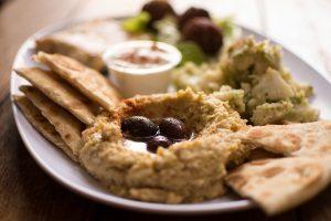 Hummus con olivas con pan