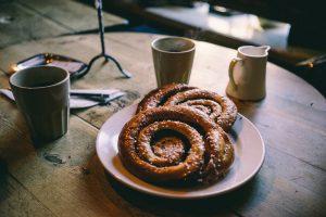 taza de café con ensaimadas sobre una mesa