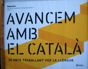 white and yellow post with catalan language