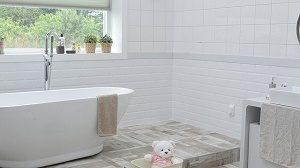 light coloured bathroom with bath tub