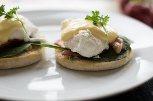 eggs benedict on muffin