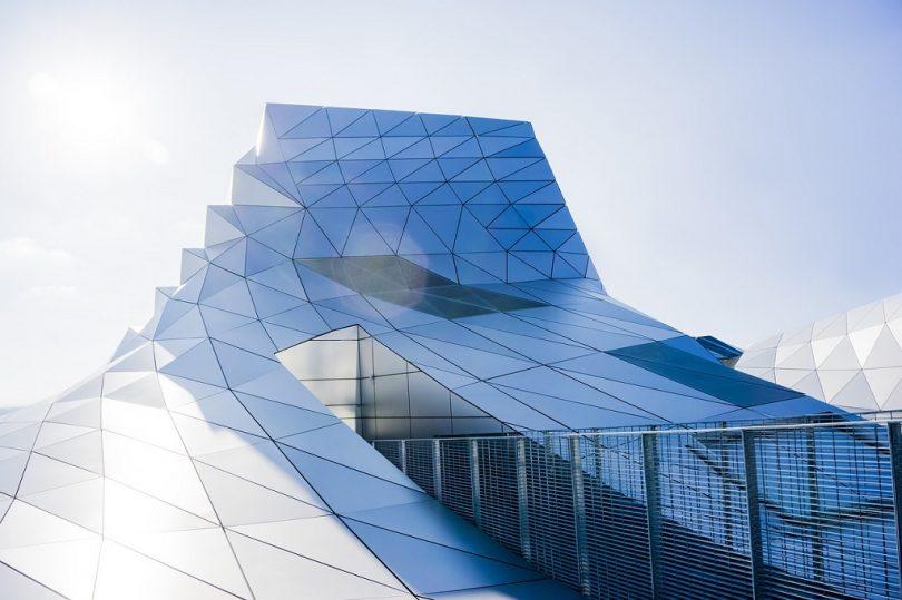 futuristisch gebouw met veel glas