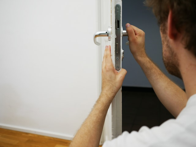 locksmith fixing lock