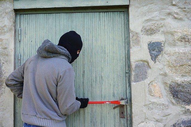 Thief entering building